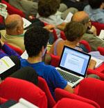 public avec ordinateur lors d'une conférence