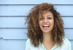 jeune femme souriante