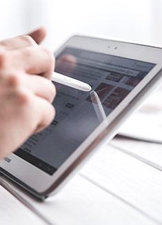 Main sur une tablette